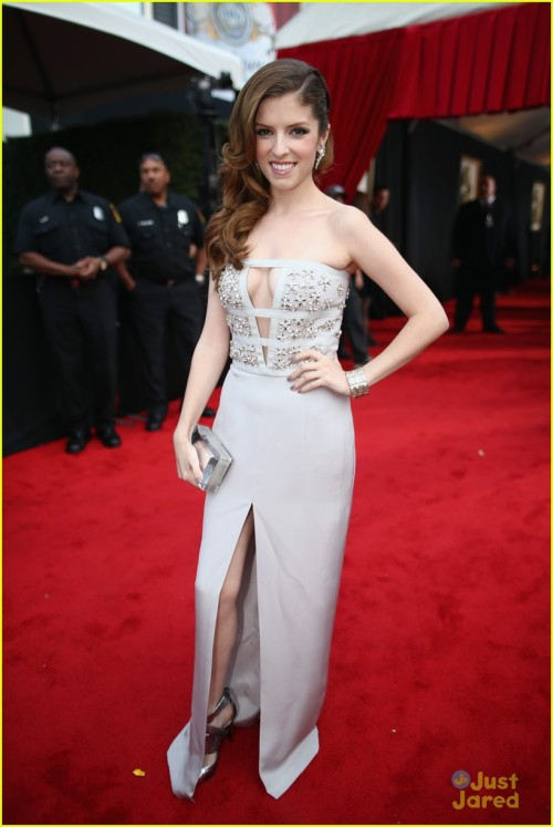 anna-kendrick-grammys-2014-red-carpet-03