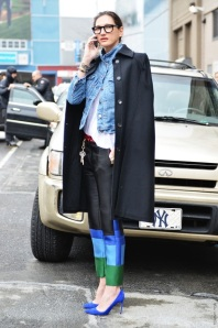 JENNA-LYONS-J-CREW-STREET-STYLE-FASHION-WEEK-TOMMY-TON-JAK-JIL-NEW-YORK-CELINE-COLORBLOCK-PANTS-TROUSERS-COLBALT-HEELS-DENIM-JEAN-JACKET-COAT-OVER-THE-SHOULDERS-BASIC-TEE-TSHIRT-BLACK-THICK-FREME-OPTICAL-GLASSES-EYEGLASSES-