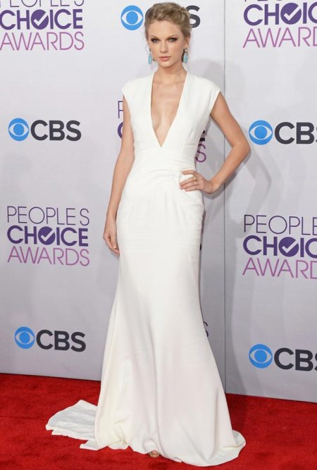taylor-swift-plunging-white-dress-people-s-choice-awards-2013