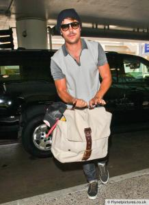 zac-efron-shows-his-guns-lax-airport_0